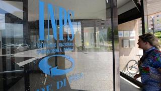 Incassano l'assegno sociale in Italia ma vivono all'estero: 370 denunciati
