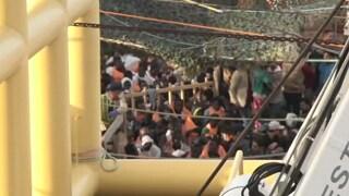 """Gentiloni: """"Ora tocca alla Ue"""" 4000 in Sicilia, recuperati 16 corpi"""