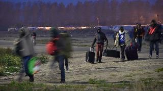 Calais, lo sgombero della 'giungla' 2mila migranti già allontanati