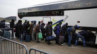 In corso lo sgombero della 'giungla' I primi migranti lasciano Calais
