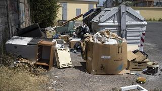 """Roma, Raggi e i rifiuti ingombranti """"Servizio sospeso, non si sa perché"""""""