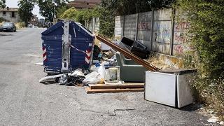 """Roma, i rifiuti e la """"banda del frigorifero"""": il complotto che non c'è"""