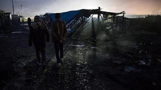 Fiamme nella notte a Calais dalla Giungla sassate su pompieri