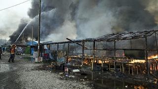 """Calais, lo sgombero è finito Nella """"giungla"""" restano le fiamme"""