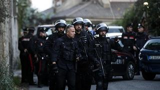 L'ennesima lite finisce in tragedia: spara ai vicini e si toglie la vita