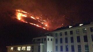 Ancora in fiamme le alture di Genova: chiuse le autostrade