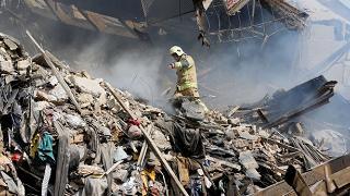 Palazzo crollato, pompieri sotto  le macerie: spegnevano un incendio