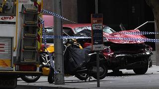 Dà gas e si lancia con l'auto  sulla folla: terrore a Melbourne