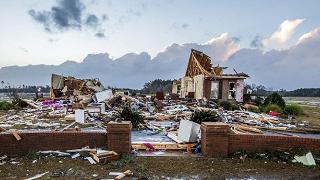 Tornado e piogge flagellano il sud degli Stati Uniti, una ventina i morti