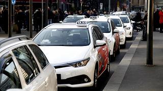 """Taxi, tensioni a Milano. Delrio: """"Facciamo regolamentazione seria"""""""
