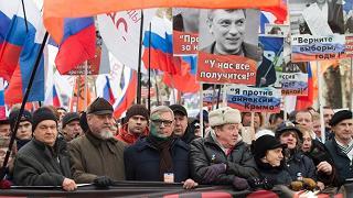 Mosca, in migliaia sfilano per anniversario assassinio di Nemtsov