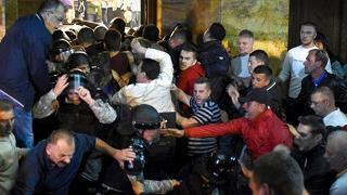Macedonia, irruzione in Parlamento deputati in fuga, decine di feriti