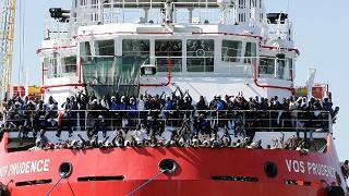 1042 sbarcati a Palermo e a Napoli la nave di MSF con 1500 persone