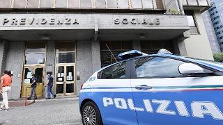 Torino, donna si dà fuoco davanti alla sede dell'Inps: è grave