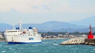 Incidente in porto, motonave Carloforte trascina via uno yacht
