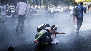 Sgombero piazza Indipendenza Scontri tra polizia e migranti
