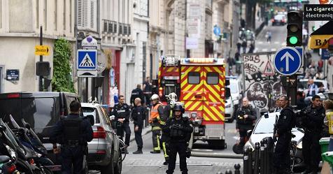 Parigi, uomo armato prende tre persone in ostaggio – Rai News