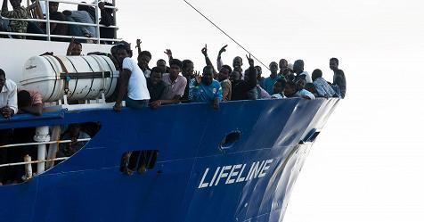 """Lifeline, l'annuncio di Conte: """"La nave approderà a Malta, parte dei migranti trasferiti in Italia"""" – Rai News"""