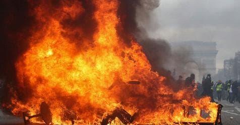 Francia, gilet gialli devastano Parigi. Palazzo in fiamme, 11 feriti – Rai News