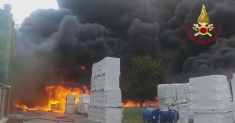 Violento incendio in un'azienda di Avellino, Vigili del fuoco: ora è ...
