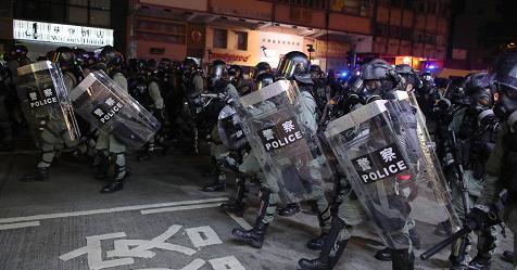 Hong Kong, continua la sfida al divieto di indossare maschere. Metro e treni fermi dopo vandalismo – Rai News