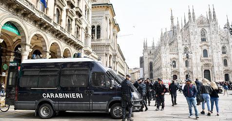 """Maxi rissa fra giovani in Piazza Duomo, denunciati tre giovani. De Corato: """"Servono più agenti"""" - Rai News"""