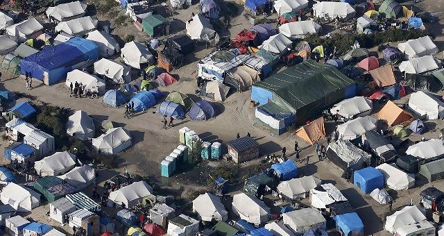 Migranti. Scontri prima delle operazioni per chiudere la 'giungla' di Calais