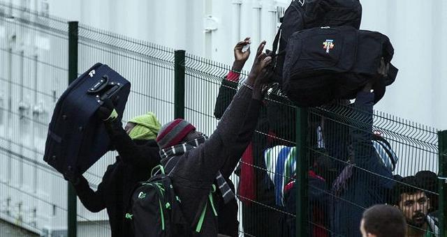 E' iniziato lo sgombero della 'giungla' I primi migranti lasciano Calais