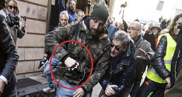 Protesta taxi, cariche e bombe carta In piazza a Roma anche gli ambulanti
