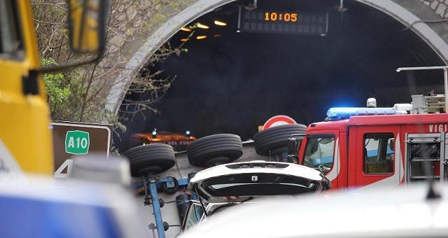 Liguria, Tir travolge cantiere sulla  A10: morti due operai, 5 i feriti