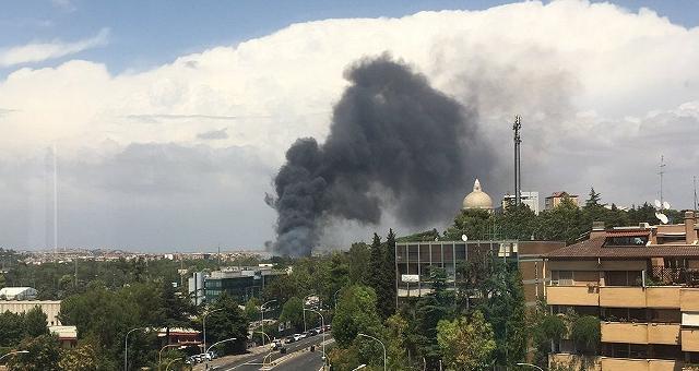 Roma, nuovi roghi a Castel Fusano Incendio all'Eur, allarme nube tossica