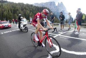 Giro: cade Zakarin, clavicola rotta