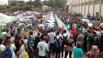 Chapecoense: tifosi davanti allo stadio