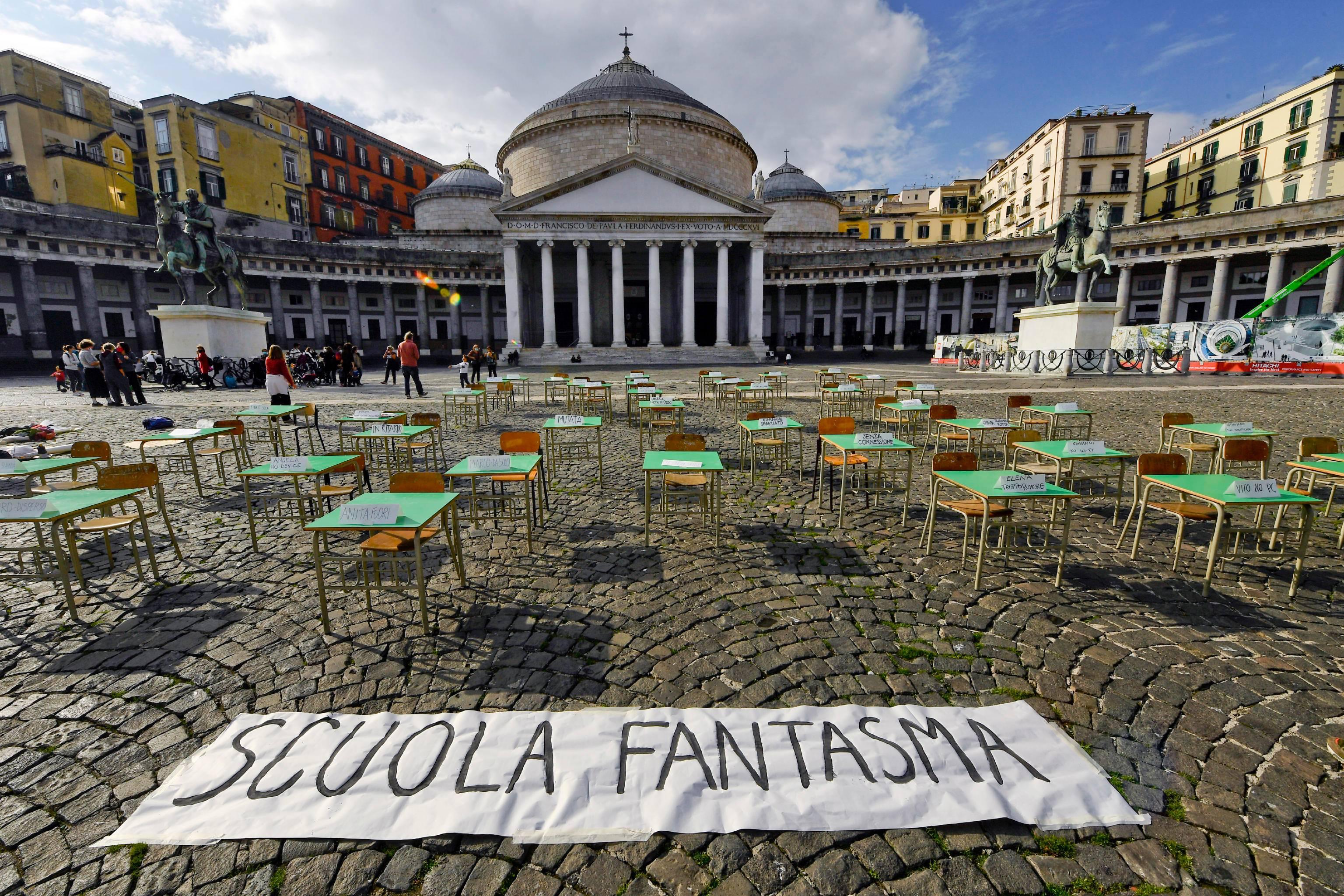 Napoli, banchi vuoti in piazza contro la DAD. La protesta dei genitori
