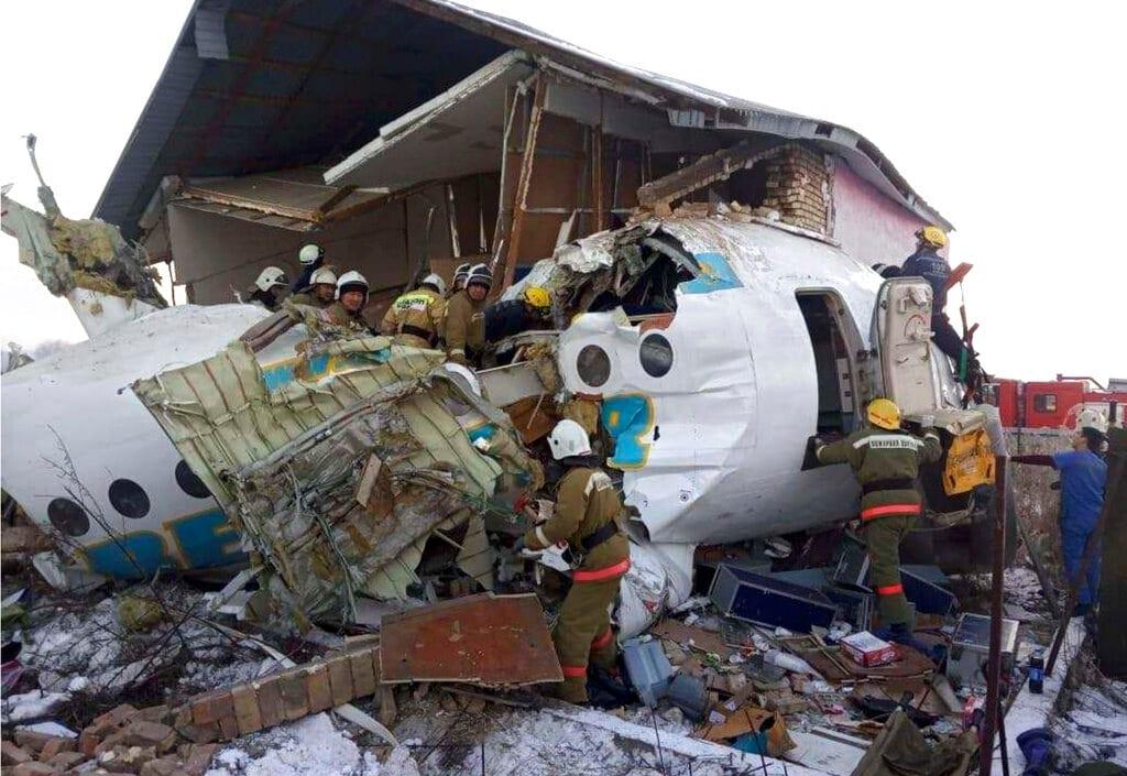 Aereo colpisce barriera di cemento e si schianta su una casa: almeno 15 morti in Kazakhstan – Photogallery – Rai News