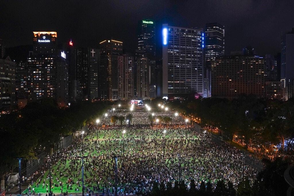 Anniversario di Tienanmen. Hong Kong non rinuncia a ricordare: fiori, candele e minuto di silenzio – Photogallery – Rai News