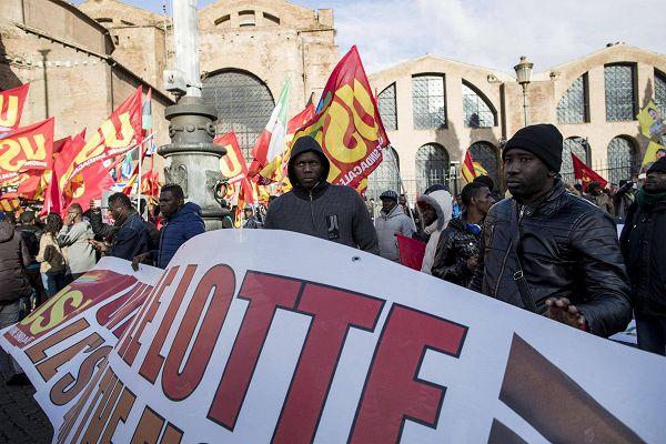Migranti in corteo a Roma: \