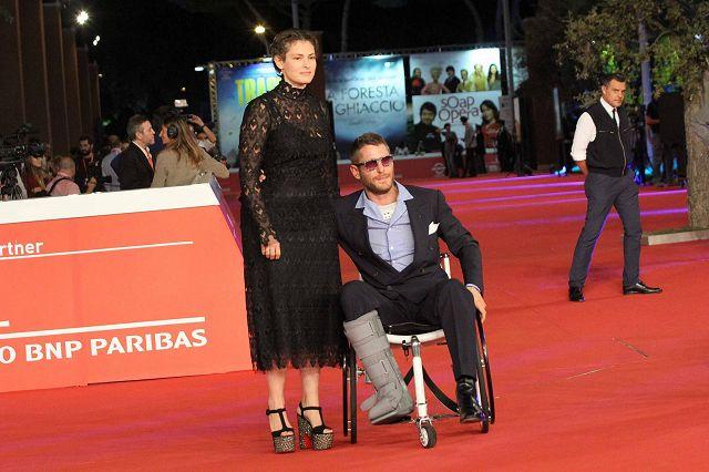 Sedie A Rotelle Roma : Lapo elkann incidentato sfila sul red carpet di roma con sedia a