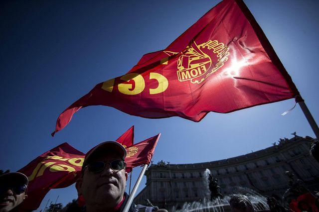 foto ufficiali 5fa7d d4c43 Landini (senza felpa rossa) in piazza con la 'sua' Fiom ...