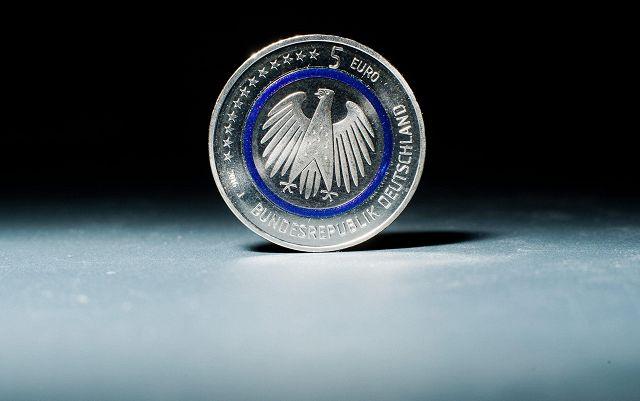 La moneta da cinque euro (Ansa)
