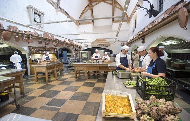 Pranzo Nuziale In Inglese : Pranzo reale nella cucina del castello di windsor dove fervono