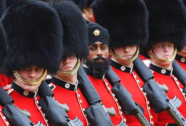 È la prima volta. Una guardia Sikh indossa il turbante (Ap) 6e32ec196488