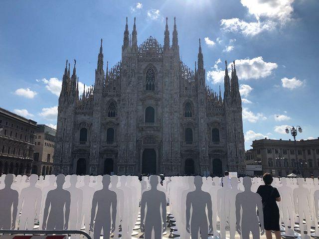 Ufficio Lavoro Milano : In piazza duomo a milano 1029 sagome bianche: sono i morti sul